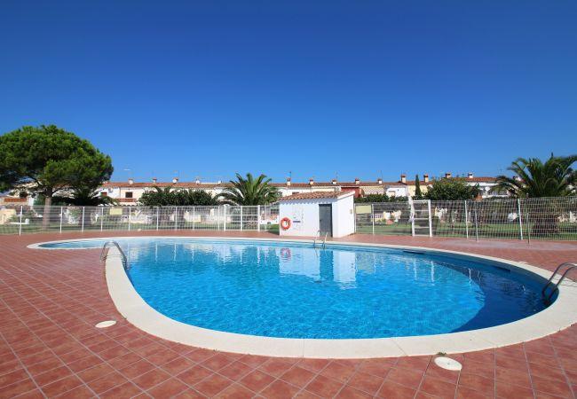 Villa en Empuriabrava - 0199-TRIANGULO Casa con piscina comunitaria