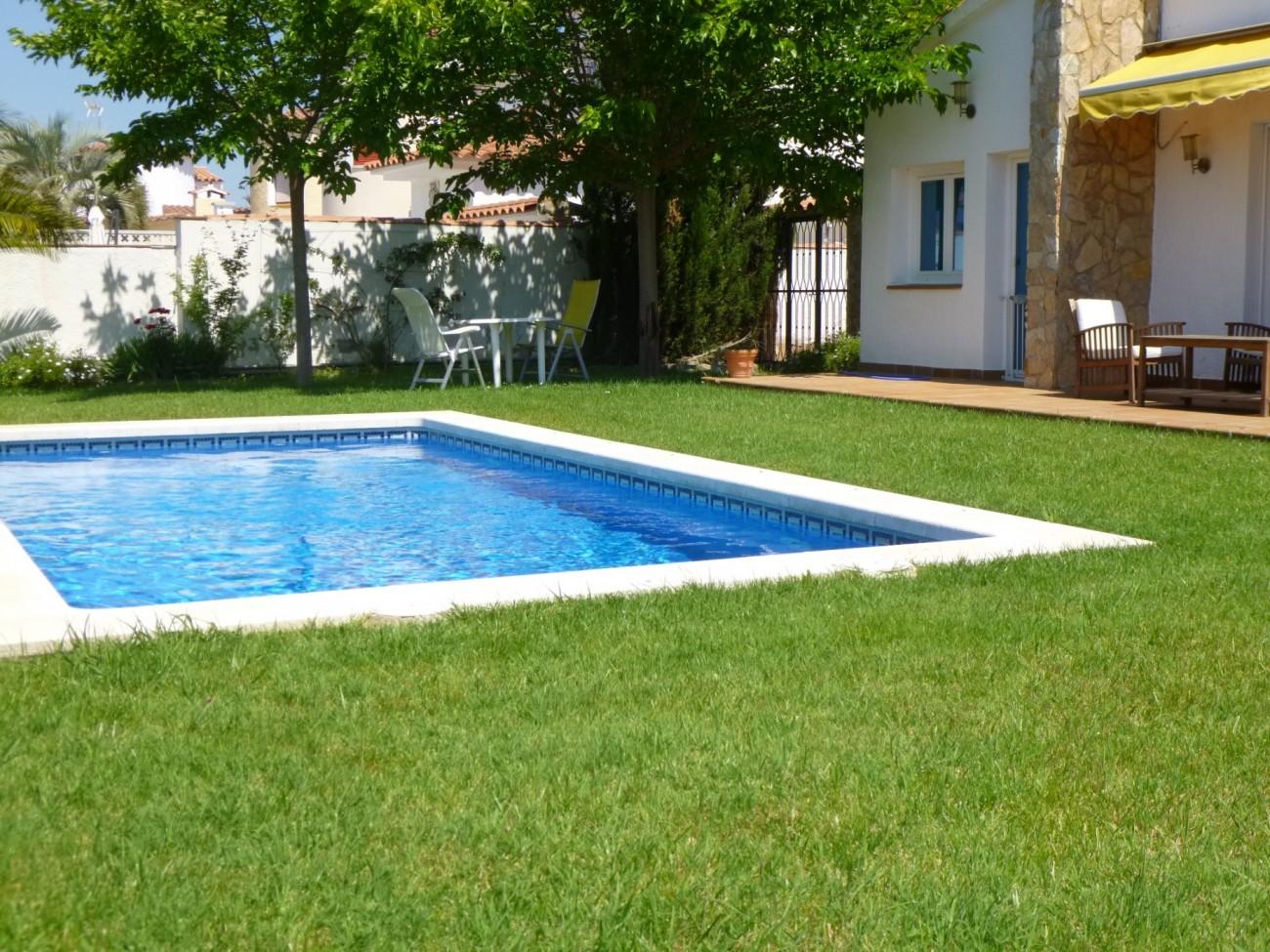Villas in empuriabrava 0001 pani huis met zwembad - Zwembad huis ...